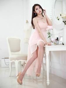 梳妝臺前的花容月貌模特裹胸粉色紗裙好夢幻