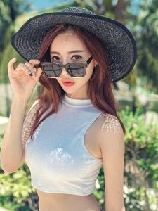 草帽墨镜美模花瓣裙气质非凡夏日阳光写真
