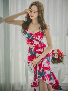 艷麗碎花裙裝美模豐滿美胸嬌艷欲滴