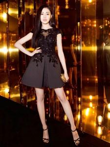 張天愛身穿一身黑色收腰連衣裙亮相歐萊雅晚宴