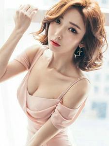 卷发粉嫩模特时尚晚礼服美艳绝伦十分吸晴