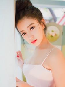 红唇盘发包子头美女吊带粉嫩迷人写真
