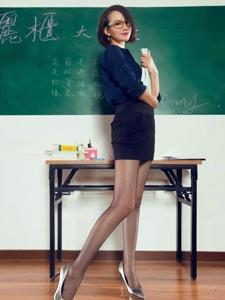 短发黑丝气质女教师高跟秀丽养眼可人