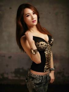 豹纹狂野模特沙发上尽显霸气女王范