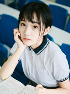 清纯美女学生温馨日常装教室阳光写真
