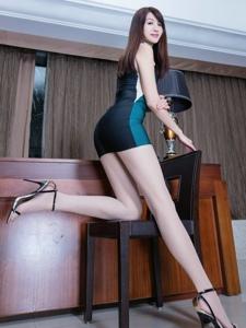 包臀裙腿模Vicni丝袜美腿翘臀美艳绝伦