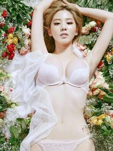 魔鬼身材的粉嫩内衣模特躺在花丛中显清新脱俗
