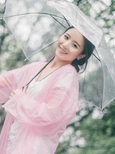 雨天内的元气少女笑脸可人吸睛写真