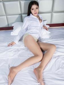 床上爆乳襯衫美女美腿修長誘惑勾人寫真