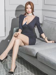 知性端庄模特坐在沙发上好有范隐约现事业线