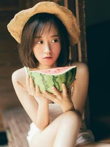 草帽背心少女卖萌可爱迷人写真
