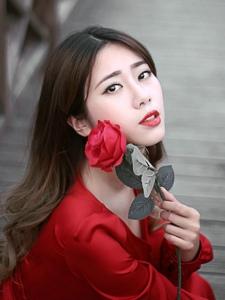 明媚红裙美女红唇娇艳欲滴