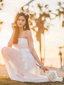 花环美模裹胸连衣裙清新动人沙滩写真