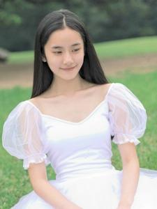 草地上的蓬蓬裙中分女神笑容迷人