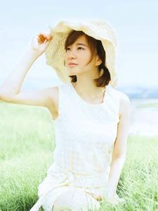 清新自然草地上的攝影少女怡人寫真