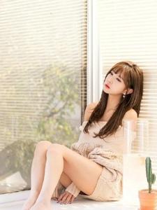 寂寞孤独模特坐在窗前看远方楚楚可人