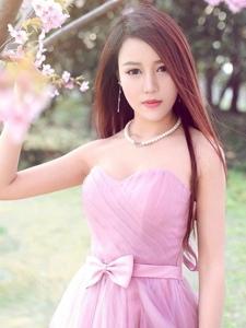 清纯女神户外粉嫩迷人甜美写真治愈人心
