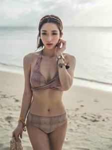 在海里跪地模特比基尼裝小蠻腰很完美