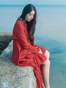 孤島上的紅裙美女孤獨意境寫真
