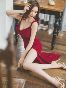 地板美模鮮艷紅裙體態修長妖艷勾人魂魄