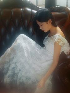 古典美女蕾丝长裙独守空房写真