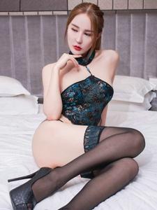 肚兜美女冷月yuer床上妖娆丝袜美腿迷人