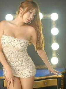 丰满圆润亮闪闪的裹胸裙模特硕大的波涛汹涌的轮廓若隐若现