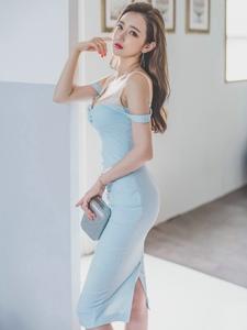 闷闷不乐的蓝裙模特靠墙前凸后翘露白皙锁骨