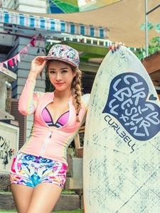 运动女孩去冲浪街头耍酷身姿扭动十分吸晴