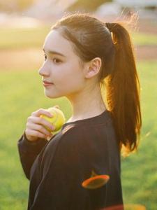 操場陽光下的馬尾網球少女耀眼靚麗