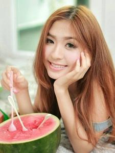 私房可爱的小美女甜美的吃西瓜粉嫩生活写照
