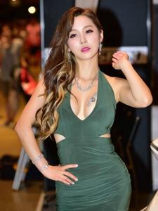 墨绿裙卷发车模妖娆美艳胸口上的纹身十分抢眼