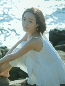 海边长裙短发养眼姑娘明媚阳光