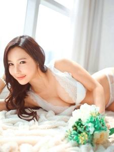 花環清新模特躺在床上肌膚如雪爆乳勾魂