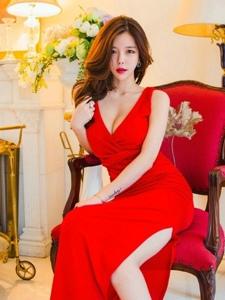 美艳高挑模特点感红艳裙美胸微露坐在椅子上明艳动人