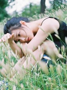 清新原野草地上的小黑裙美女美好时光