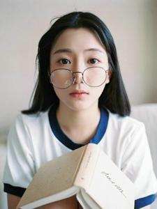 私房可爱水手服眼镜少女呆萌写真