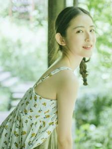 綠林中的碎花裙麻花辮美少女青春靚麗