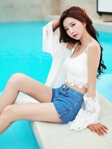 蕾丝吊带热裤装模特纤细的腰身大展个性秀出美腿