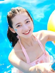 泳池内的阳光美少女笑脸娇美可人
