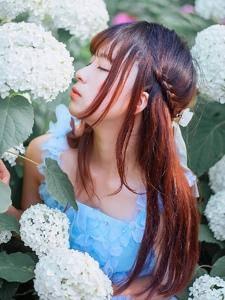 花朵中的清新娇嫩少女甜蜜诱人