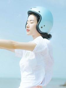 蓝空下的清新头盔少女俏皮玩耍