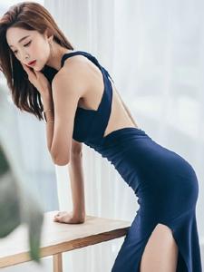 蓝色妖姬翘臀美模露出娇嫩美背大秀完美身材