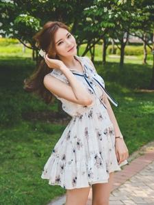 美若天仙的清純美模淡雅連衣裙襯托纖長白皙的美腿
