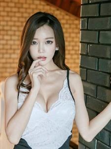 緊身吊帶蕾絲裙模特魅惑的眼神彰顯其獨特的熟女氣質