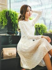 台阶上的洁白长裙模特长相甜美散发出迷人气息