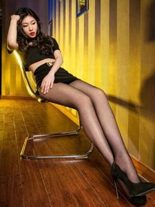 麗柜火辣氣質美女黑絲紅唇艷麗迷人寫真