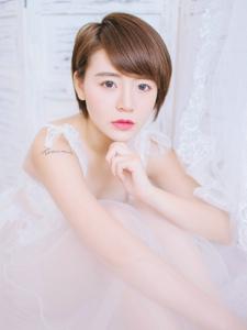 白纱私房纹身妹子大眼美眸迷人写真