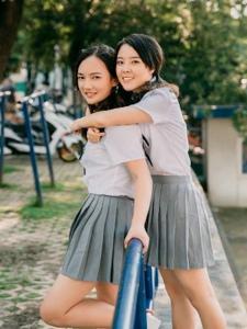 清新姐妹花阳光明媚笑容灿烂相伴一生