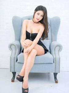 沙发上的抹胸拉链裙模特饱满惹火翘着美腿